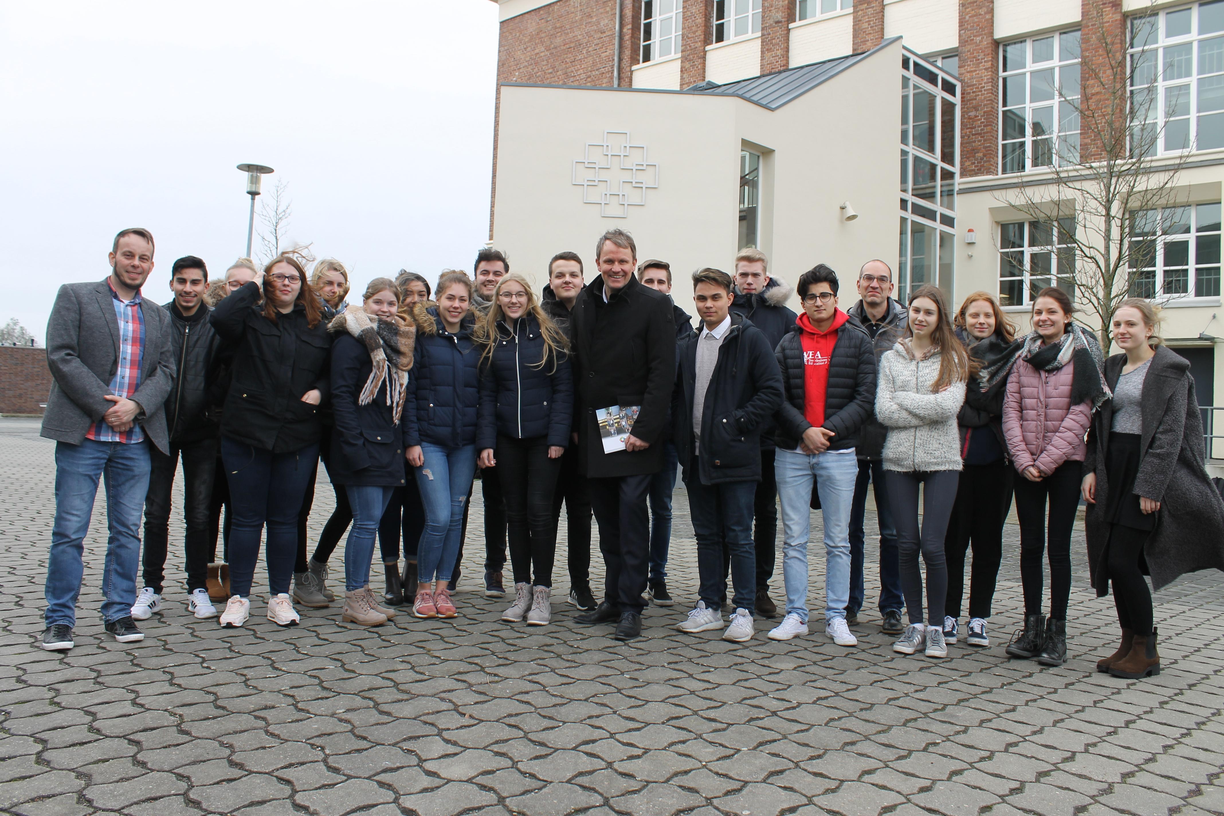 Jens Gieseke diskutiert mit Schülerinnen und Schülern des Evangelischen Gymnasiums Nordhorn die Europäische Flüchtlingspolitik